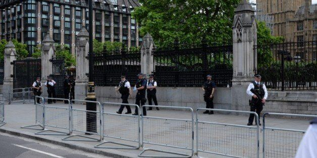 Σύλληψη άνδρα οπλισμένου με μαχαίρι έξω από το βρετανικό
