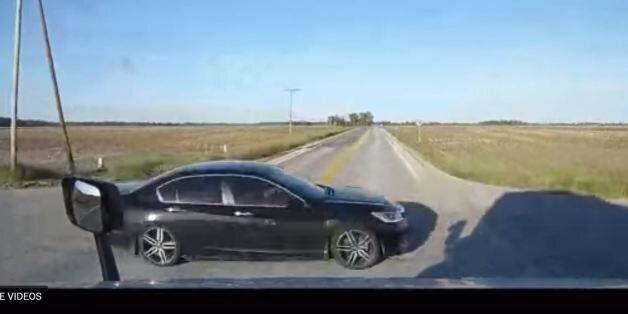 Βίντεο: Πώς να ΜΗΝ οδηγείτε- οδηγός κάνει το πιο επικίνδυνο πέρασμα διασταύρωσης που έχετε