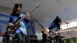 Έφηβες μουσουλμάνες με μαντήλα κάνουν την Ινδονησία να χορεύει στους ρυθμούς της