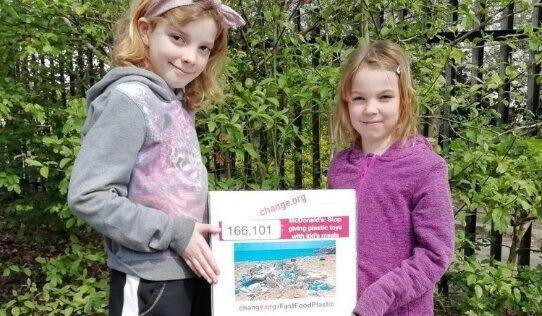 署名活動を始めたイギリスのエラさんとケイトリンさん姉妹