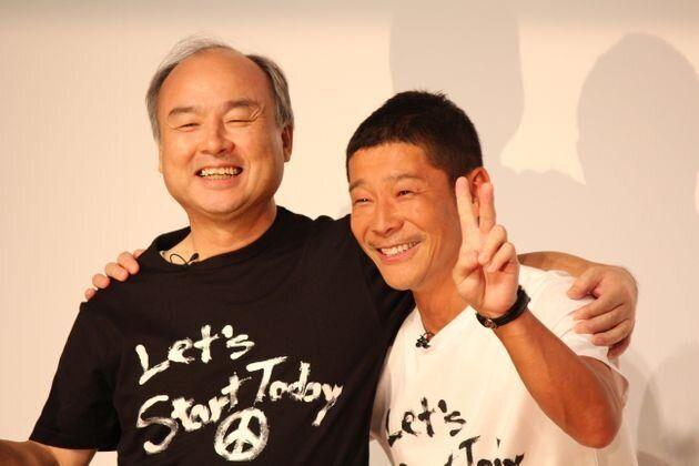 退任会見をした前澤氏と、孫正義氏(左)