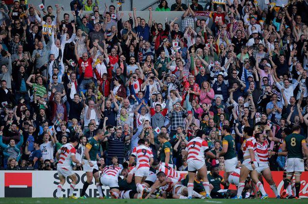 2015年のラグビーワールドカップ南アフリカ戦で、日本代表の奮闘を讃える観衆。
