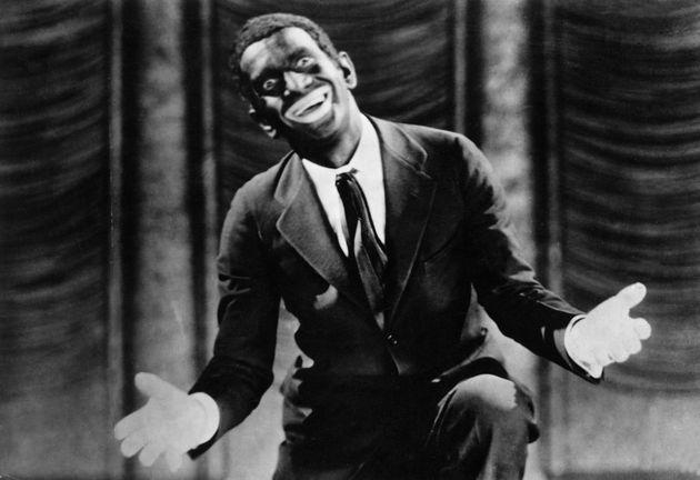 El actor blanco Al Jolson, caracterizado como negro para su papel en 'El cantor de jazz', de