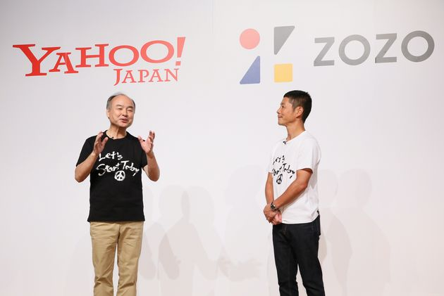 ヤフーによるZOZO買収についての記者会見にゲストとして登場したソフトバンクグループの孫正義会長兼社長(左)。右はZOZO創業者の前澤友作氏=9月12日、東京都目黒区