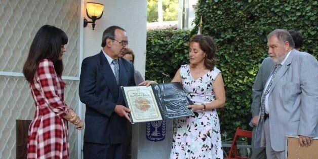 Η Πρέσβυς του Ισραήλ, κυρία Ιρίτ Μπέν-Άμπα απονέμει τα βραβεία του Γιάντ Βασέμ στους Ιωάννη & Μαρία Λατανιώτη,...