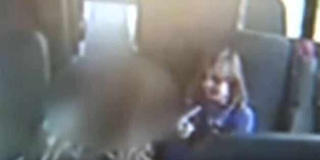 ΗΠΑ: Συνοδός σε σχολικό λεωφορείο κατεγράφη σε βίντεο να χτυπά εξάχρονο αυτιστικό