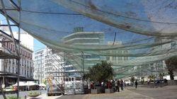 Ένα τεράστιο τσαντίρι στην πλατεία