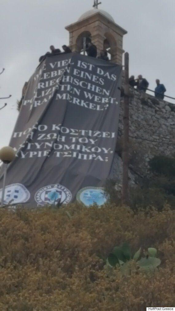 Συνδικαλιστές αστυνομικοί ύψωσαν πανό στον Λυκαβηττό διαμαρτυρόμενοι για το νέο