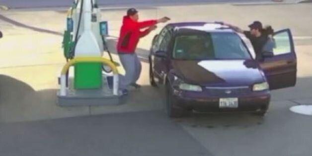 Εκτός ελέγχου: Οδηγός ανταλλάσσει πυρά και σκοτώνει ένοπλο που τον πλησίασε σε
