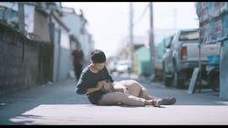 Νεαρός Ταϊλανδός αγκαλιάζει τα αδέσποτα σκυλιά που οι συμπολίτες του αγνοούν. Το βίντεο θα σας κάνει να