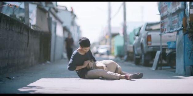 Νεαρός Ταϊλανδός αγκαλιάζει τα αδέσποτα σκυλιά που οι συμπολίτες του αγνοούν. Το βίντεο θα σας κάνει...