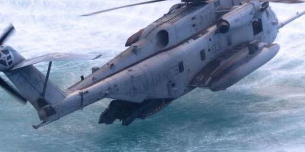 Βίντεο: Ελικόπτερο ακουμπά τα κύματα για να κατεβούν οι