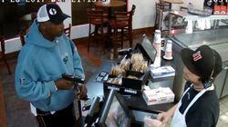 Τέρας ψυχραιμίας: Η απίστευτη αντίδραση υπαλλήλου όταν γίνεται ένοπλη ληστεία στο μαγαζί