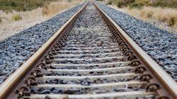 Μυστήριο με άνδρα που βρέθηκε αιμόφυρτος πλάι στις σιδηροδρομικές γραμμές στη