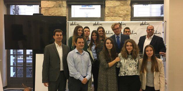 Οι μαθητές των Εκπαιδευτηρίων Δούκα που έλαβαν την υποτροφία από το Stelios Philanthropic Foundation μαζί με τον Sir Στέλιο σε μια από τις φιλανθρωπικές δράσεις του Ιδρύματός του
