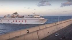 Πλοίο σπάει με την πλώρη το τείχος στο λιμάνι και πέφτει πάνω σε δρόμο. Καρέ-καρέ η απίστευτη πρόσκρουση