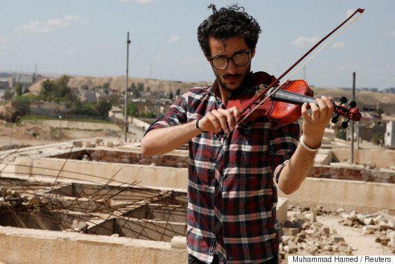 O βιολιστής της Μοσούλης παίζει μουσική στα ερείπια της πόλης γιορτάζοντας την απελευθέρωση από το Ισλαμικό