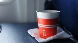 Οι 3 λόγοι που κάνουν τον καφέ στα αεροπλάνα τόσο