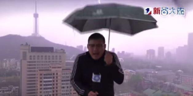 Κεραυνός χτυπά την ομπρέλα μετεωρολόγου σε ζωντανή