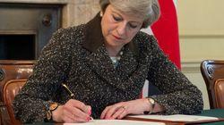 H Μέι υπέγραψε την επιστολή για την έναρξη του Brexit και παραδόθηκε στον Ντόναλντ