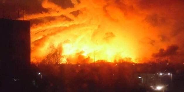 Εκκένωση 20.000 ανθρώπων λόγω φωτιάς στη μεγαλύτερη αποθήκη πυρομαχικών της