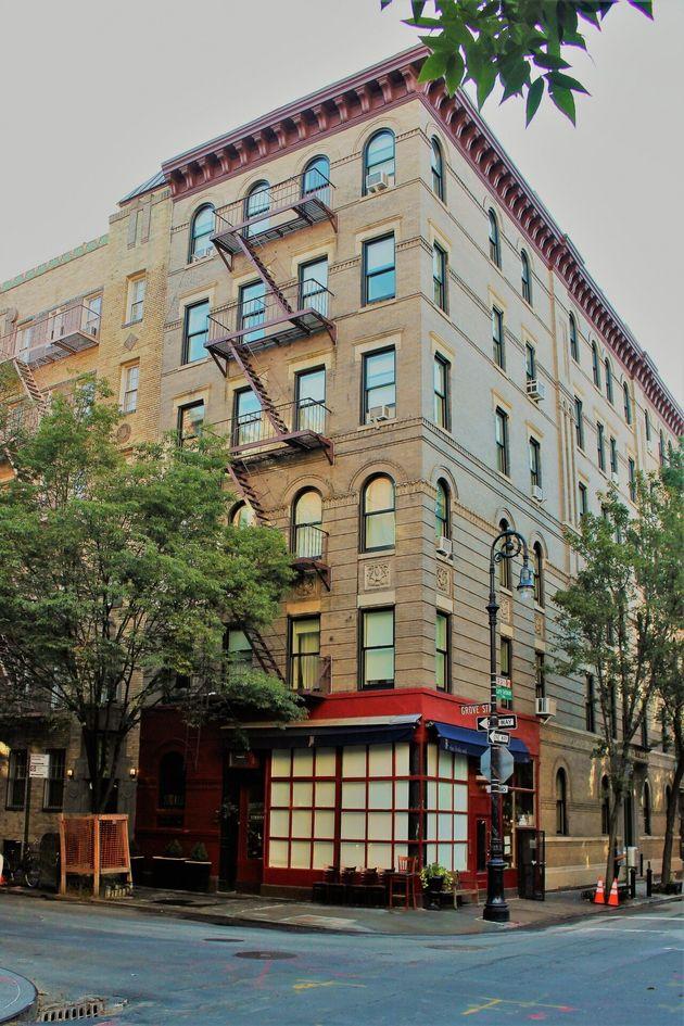Cette façade d'immeuble se situe au 90 Bedford Street et est devenue emblématique de la...