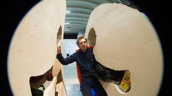 Ο Γάλλος καλλιτέχνης που επιβίωσε κλεισμένος σε έναν βράχο, άρχισε να κλωσάει