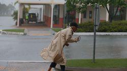 Εικόνες που κόβουν την ανάσα: Το θυελλώδες πέρασμα του κυκλώνα Ντέμπι από την