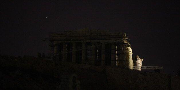 Σκοτάδι στην Ακρόπολη. Έσβησε τα φώτα της για την «Ώρα της