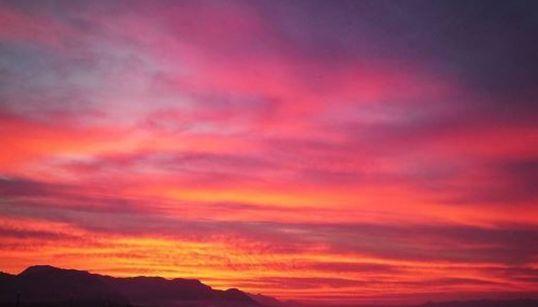 Ο ουρανός της Αθήνας πήρε φωτιά το απόγευμα της