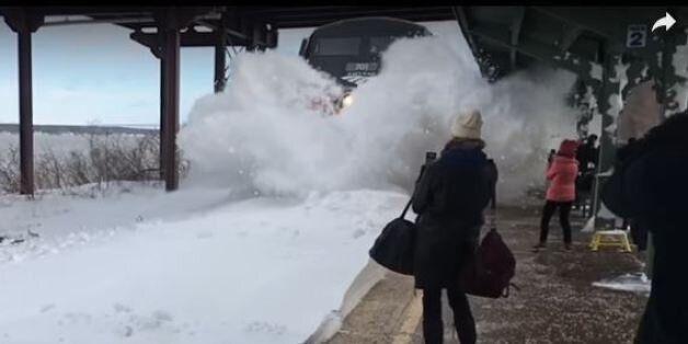 Τρένο περνά από χιονισμένες ράγες, κάνοντας...χιονάνθρωπους τους