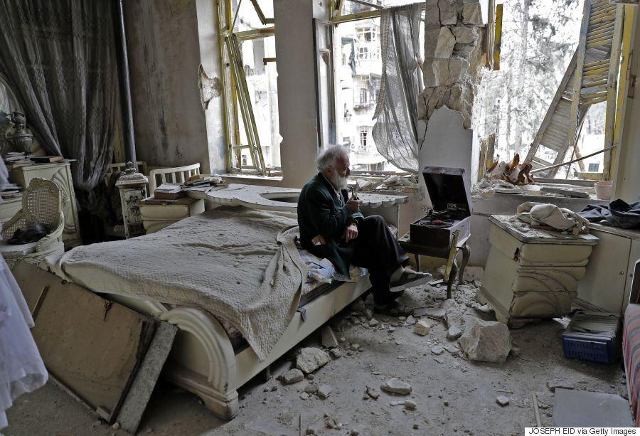 Ο άντρας στο κρεβάτι: Η ιστορία πίσω από την εμβληματική φωτογραφία από το