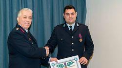 Αυτός είναι ο αστυνομικός που έσωσε παιδάκι από φλεγόμενο διαμέρισμα στα
