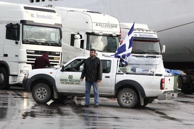Ένταση και δακρυγόνα εναντίον των αγροτών από την Κρήτη έξω από το υπουργείο