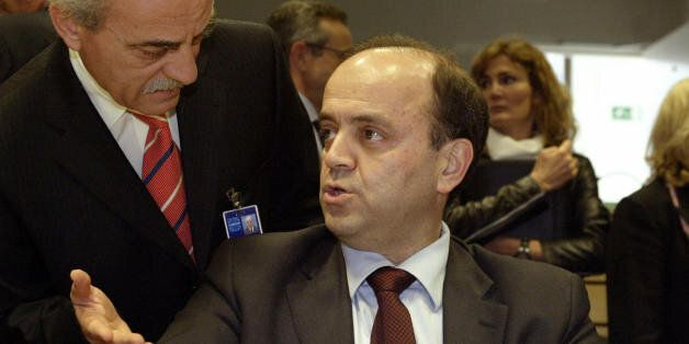 BRUSSELS, BELGIUM: New Greek Agriculture minister Savas Tsitouridis (C) chats with an unidentified aide...