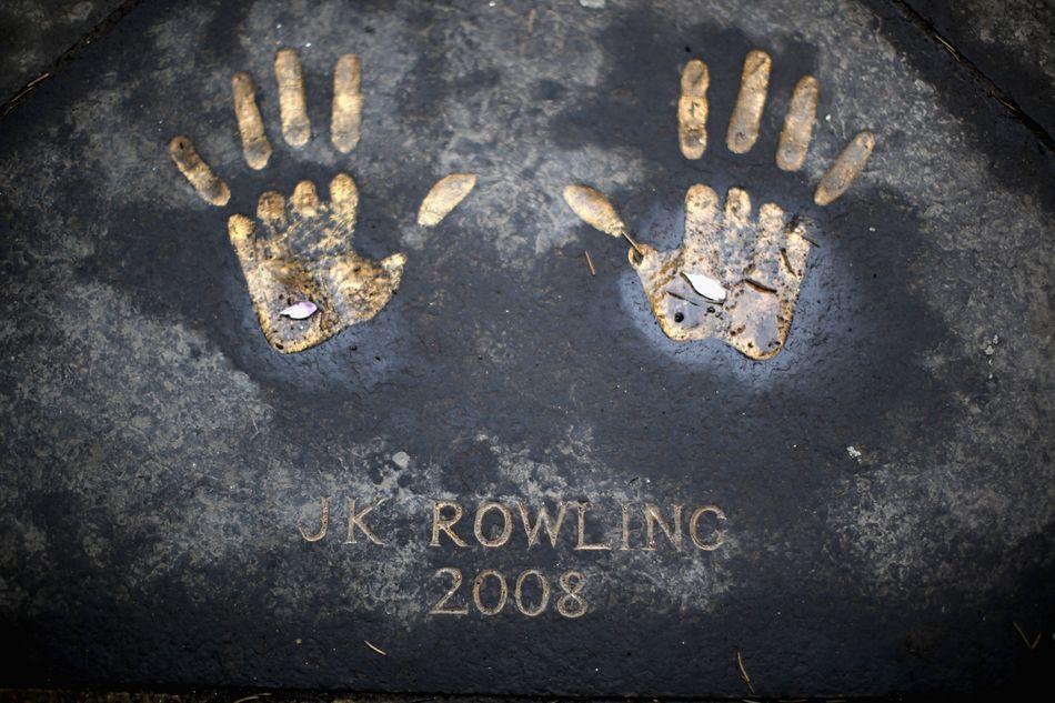A impressão das mãos de Rowling foi imortalizada na rua Royal Mile, diante da sede da câmara Municipal de Edimburgo, a Edinburgh City Chambers.