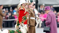Πώς η βασίλισσα Ελισάβετ χρησιμοποιεί την τσάντα της για να στέλνει μυστικά σινιάλα στο προσωπικό