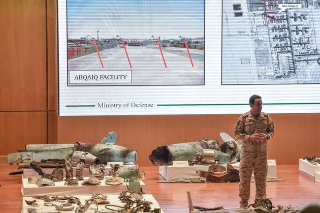 Le porte-parole du ministère de la Défense saoudien présente les restes des missiles...