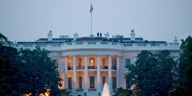 Ο Λευκός Οίκος εντείνει τις προσπάθειές του να πατάξει τις διαρροές στα μέσα