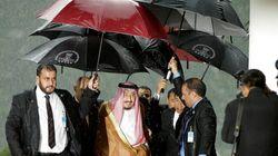 Η χρυσή κυλιόμενη σκάλα, οι έξι ομπρέλες και η επίδειξη χλιδής σε σημείο γελοιότητας από τον σαουδάραβα