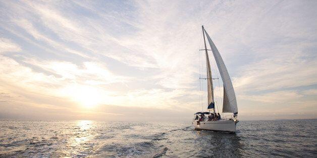 Συσκευή που εντοπίζει τη γεωγραφική θέση σκάφους και αποστέλλει SOS από ομάδα Ελλήνων