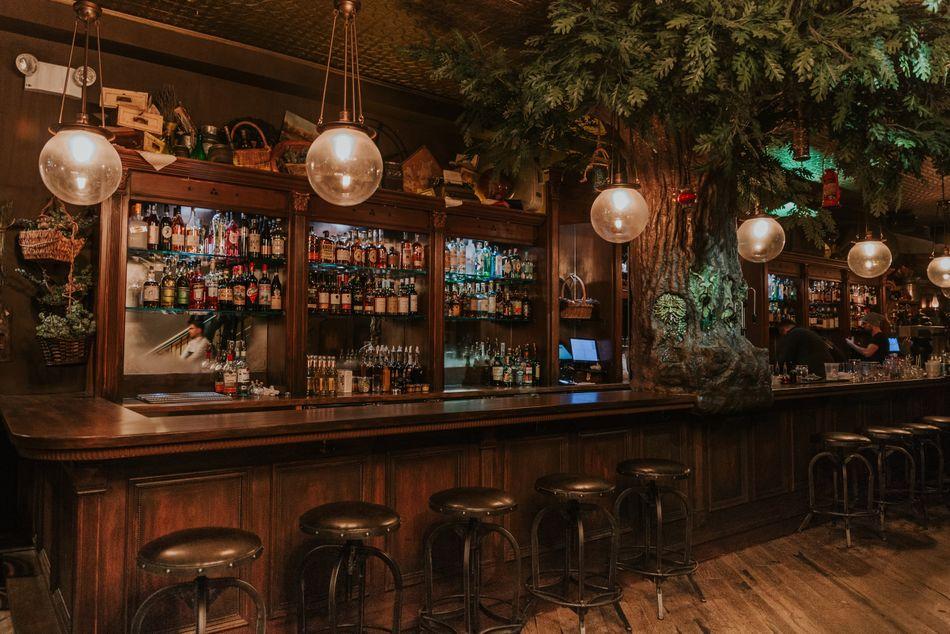 """The Cauldron é um """"pub mágico"""" em Nova York que oferece uma """"experiência de poções"""" para visitantes que queiram preparar seus próprios coquetéis especiais."""