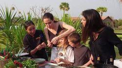 Η Angelina Jolie απολαμβάνει την κουζίνα της Καμπότζης. Δηλαδή, αράχνες και