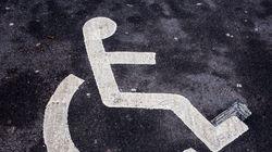 Άτομο με ειδικές ανάγκες καταγγέλλει ότι έπεσε θύμα επίθεσης από οδηγό που είχε παρκάρει σε θέση για