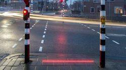 Τα πρώτα πεζοδρόμια-φωτεινοί σηματοδότες για κολλημένους χρήστες κινητών