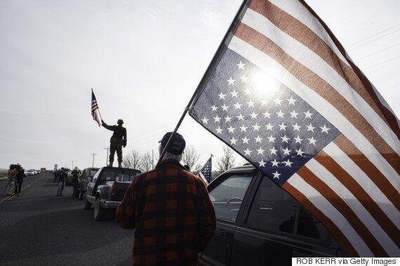 Τι σημαίνει όταν κρατάς ανάποδα την αμερικανική σημαία, όπως οι διαδηλωτές κατά του Τραμπ στις