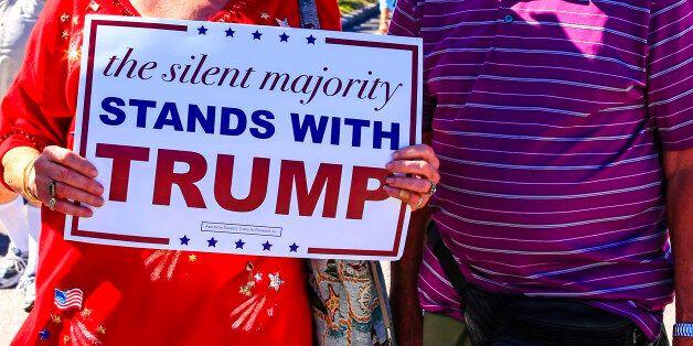 1 στους 2 Αμερικανούς υποστηρίζει το διάταγμα Τραμπ περί απαγόρευσης εισόδου στη