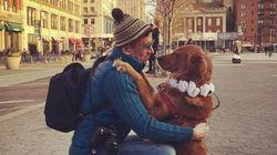 Αυτός ο σκύλος θέλει να είναι όλοι χαρούμενοι, οπότε αγκαλιάζει περαστικούς στους δρόμους της Νέας