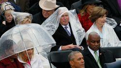 Ο Μπους δεν μπορεί με τίποτα να καταλάβει πώς φοράς ένα αδιάβροχο και το Ίντερνετ του απαντά