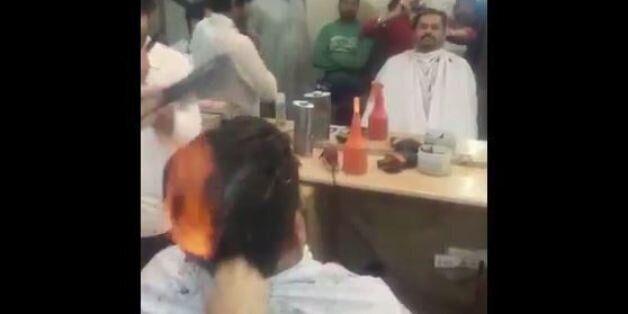 Ο Πακιστανός κουρέας που κουρεύει με την